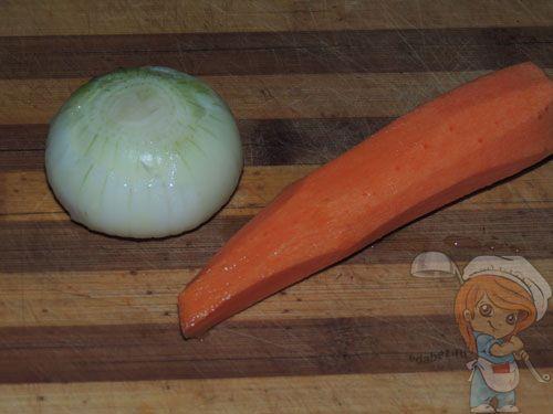 Чистим морковь и лук для гречаников