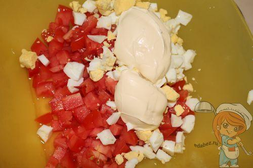 Перемешиваем помидоры, яйца и майонез
