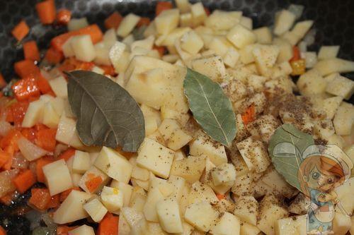 Выкладываем картофель для тушения