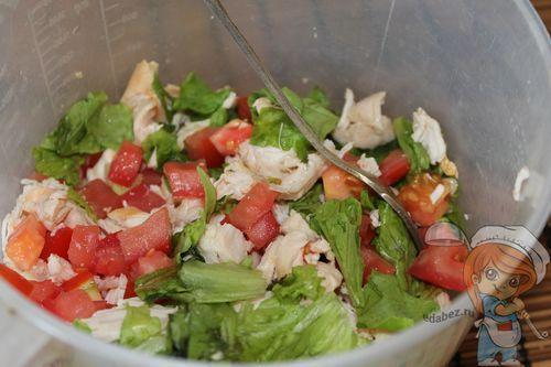Смешиваем курицу, салат и помидоры