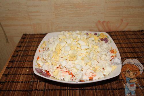 Покрываем салат яйцом