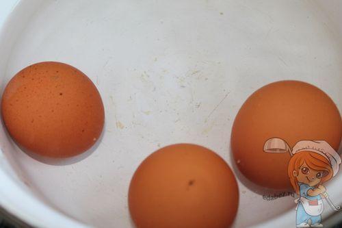 Отвариваем яйца для Мимозы