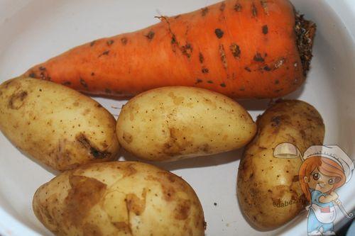 Отвариваем картофель с морковью