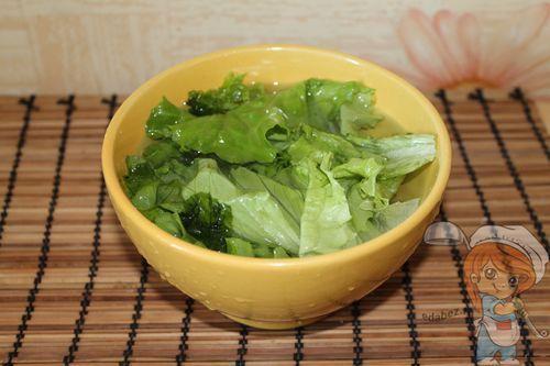 Помещаем листья салата в воду