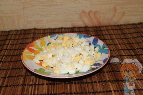 Очищаем и измельчаем яйца