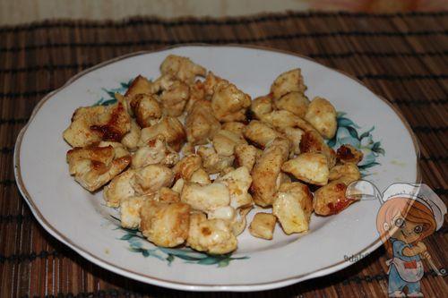 Выкладываем первый слой салата - куриные кусочки