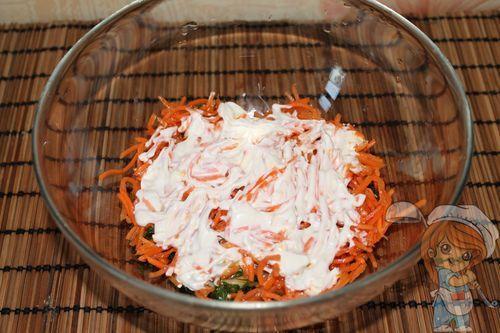Майонезом смазываем слой корейской морковки