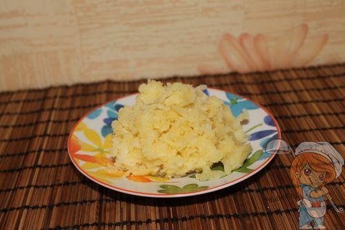 Натираем картофель на терке