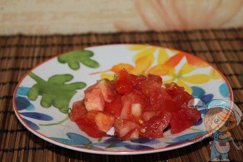 Нарезаем томат кубиками