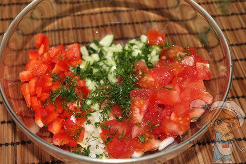 Перемешиваем ингредиенты салата без мяса