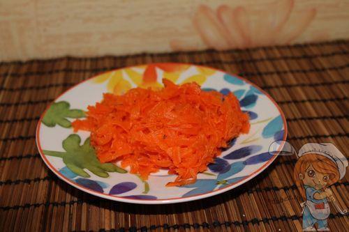 Натираем морковь на средней терке