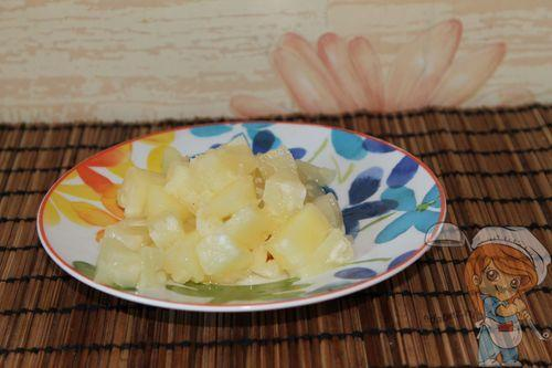 Подготавливаем ананасы