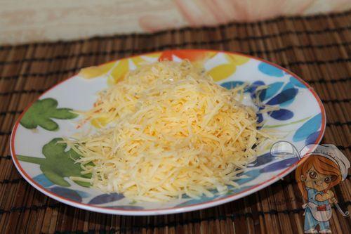 Натираем сыр на мелкой терке