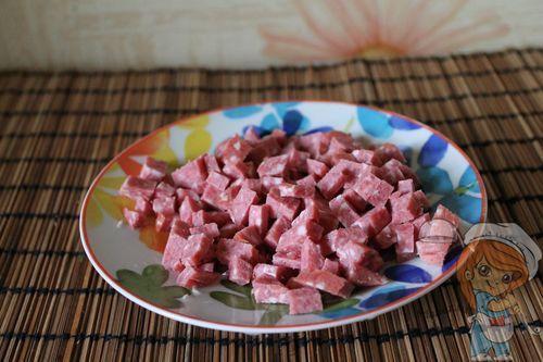 Нарезаем колбасу кубиками