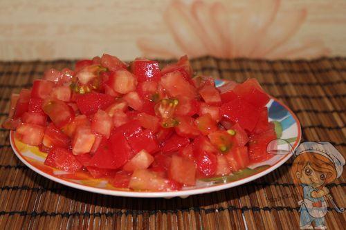 Нарезаем кубиками помидор