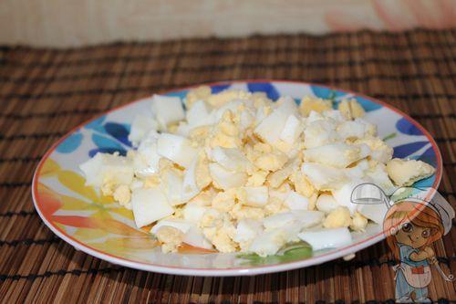Нарезаем яйца кубиками