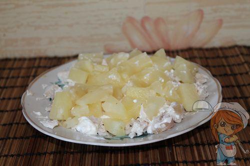 Вторым выкладываем ананас