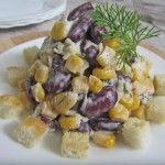 Быстрый салат с кукурузой и сухариками