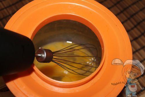 Разбиваем и взбалтываем яйца