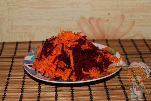 Натираем свеклу и морковь