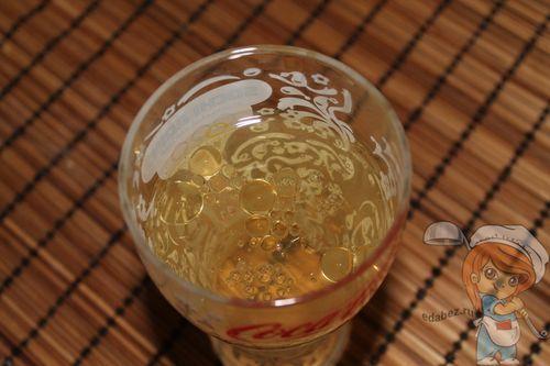 Добавляем масло в стакан с водой