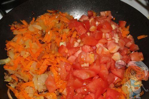 Добавляем томаты и пассируем