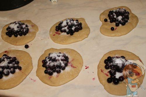 Выкладываем ягоды и посыпаем сахаром