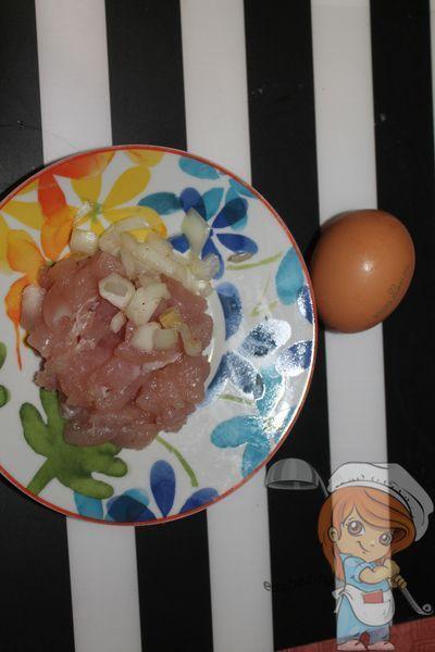 Добавляем яйцо и лук