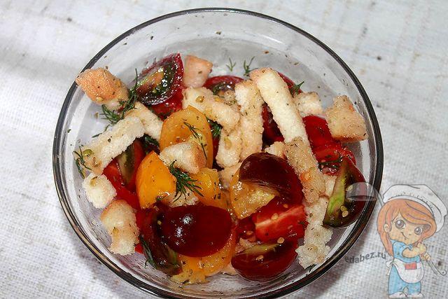 Салат Панцанелла с помидорами и сухариками