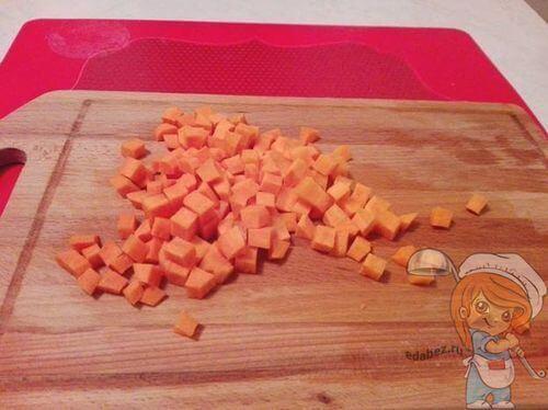 Нарезаем кубиками морковь
