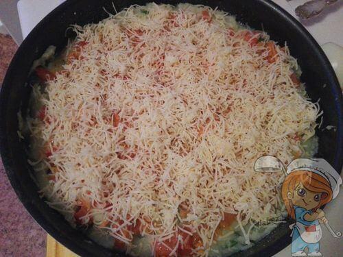 Поверх кладем овощи и слой сыра