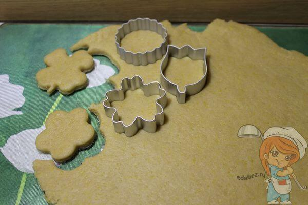 Вырезаем заготовки печенек