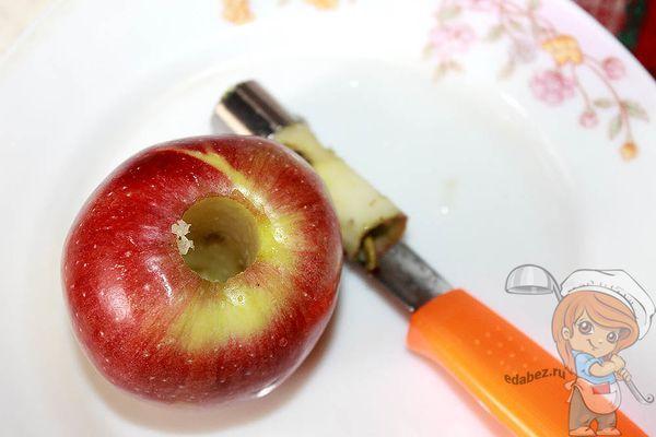 Чистим яблоко