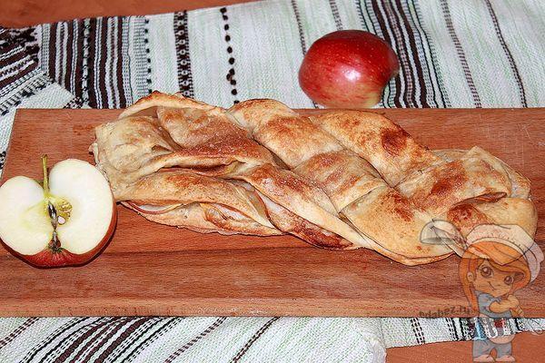 косичка с яблоками из слоеного теста