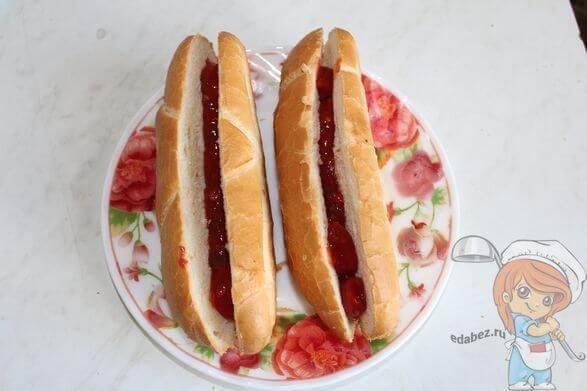 промазываем булку кетчупом