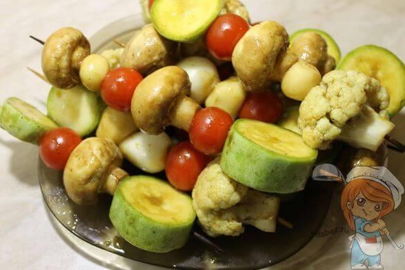Нанизываем овощи на шпажки