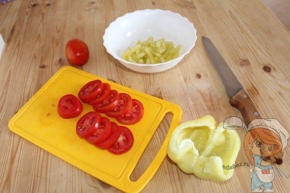 Нарезаем помидоры и перец