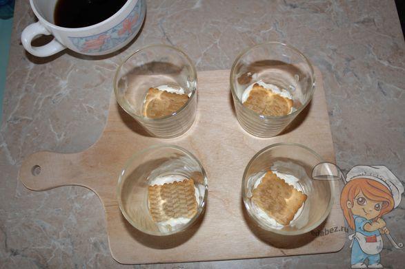 Кладем печенье поверх крема
