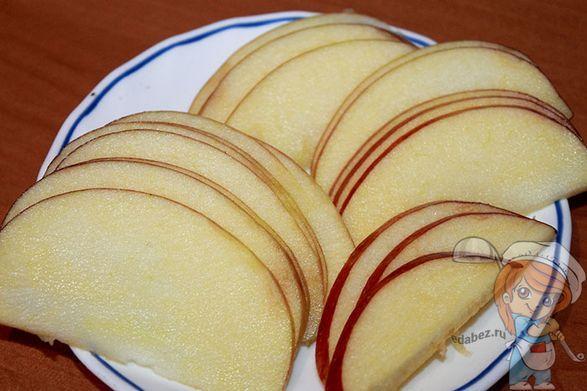 Моем и нарезаем яблоко