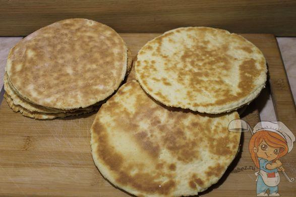 Как приготовить коржи для торта без яиц на сковороде