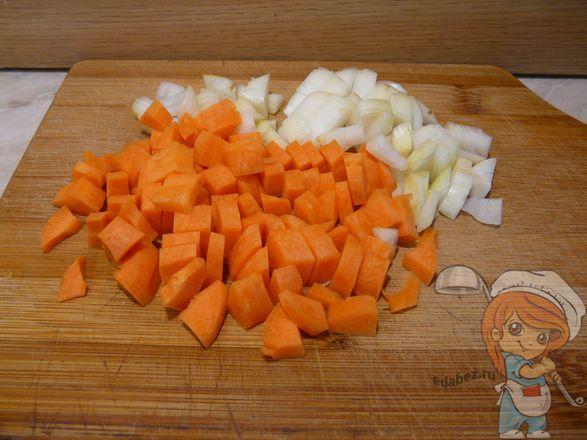 Нарезаем морковь и лук