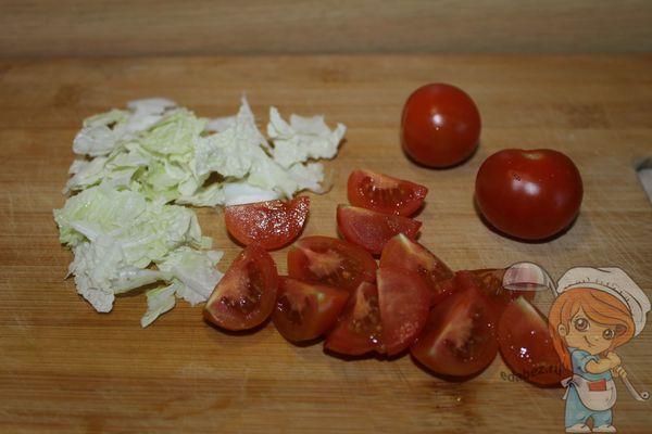 Подготавливаем томаты и листья салата