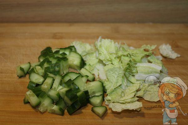 Огурец и листья салата
