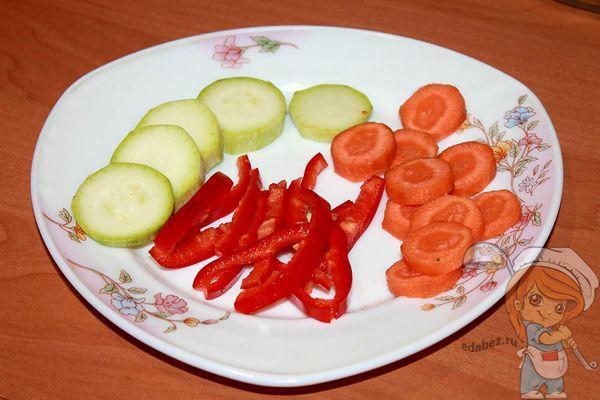 Нарезаем кабачок, морковь и перец