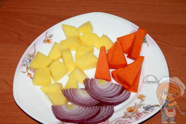 Шинкуем лук, картошку и тыкву
