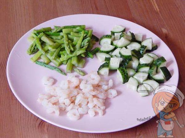 Подготавливаем овощи и креветки