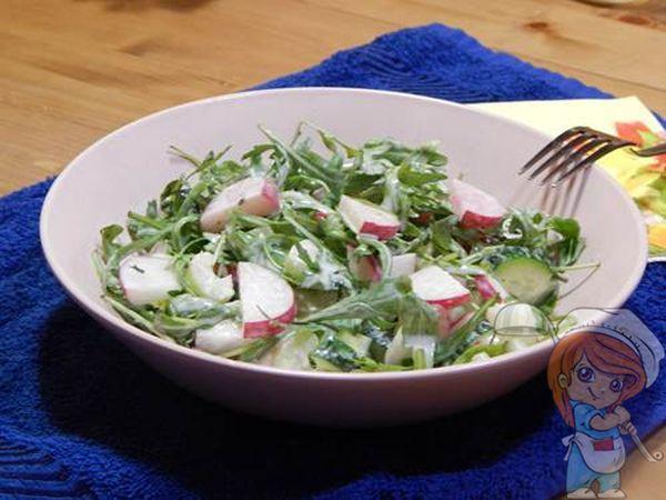 Салат с рукколой, редисом и сельдереем