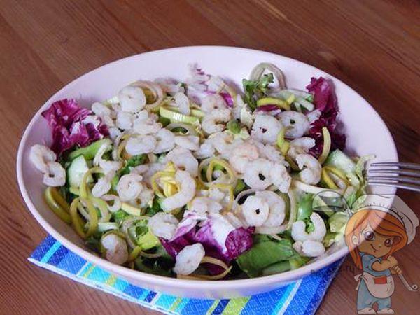 Микс из листьев салата с креветками и маринованным луком