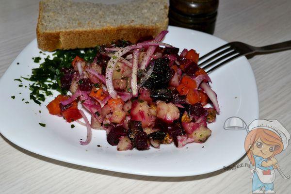 Салат с грецкими орехами и маринованным луком