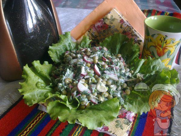 Салат из зелени и редиски